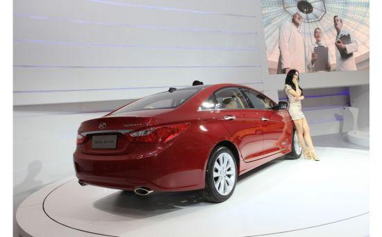 现代索纳塔车模美女图片壁纸