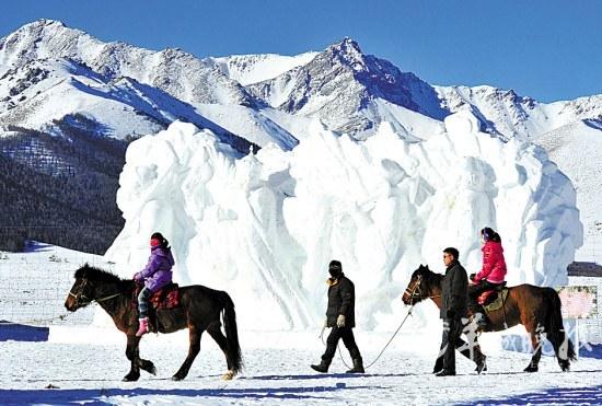 骑马赏雪塑是游客在新疆的独特体验