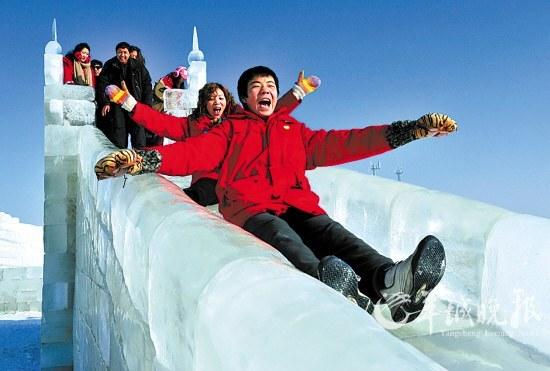 在新疆天山脚下体验冰滑梯