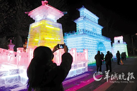 夜幕下的兆麟公园如同梦幻的冰之城堡