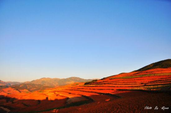 红土地在阳光的照耀下,呈现不同层次的红色