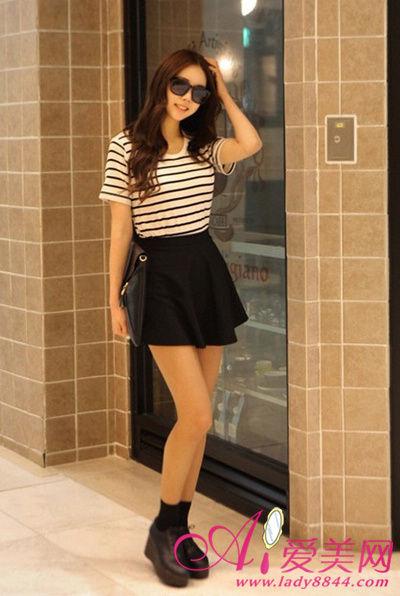 条纹T恤 + 黑色宽摆小黑裙