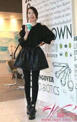 黑色露肩宽松上衣搭配皮质大摆蓬蓬裙加上工装感高跟鞋 ,显露小细腿的同时还很有女王范儿