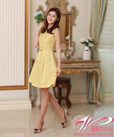 鹅黄色贴身无袖连衣裙搭配蝴蝶结装饰的小跟鞋以及腰间的细腰带尽显淑女气质