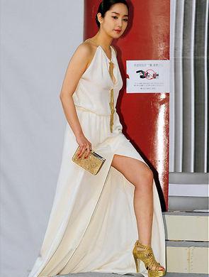 朴敏英身着古希腊式样的白色女神范礼服