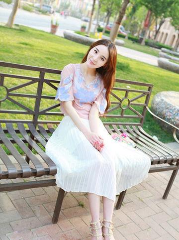 印花粉色上衣搭配白色百褶半身裙