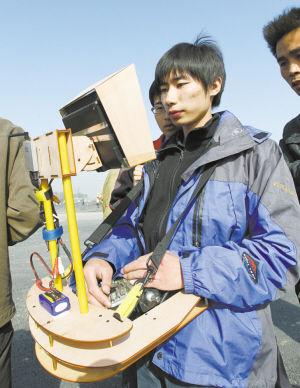 操控相机的同学通过飞机上的无线装置拍摄照片