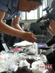 在特大贩毒案件中,警方缴获了大量海洛因