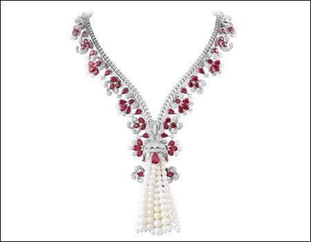 梵克雅宝臻品回顾展上展出的高级珠宝