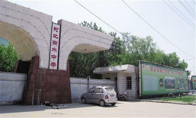 衡水中学,贴满清华北大学生照片的校园围墙,绵延近百米。宋识径 摄