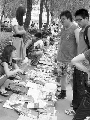 """大学里的""""二手书市""""购销两旺。记者李洁夫摄"""