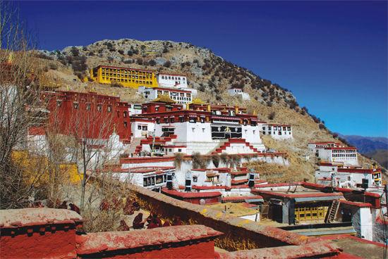甘丹寺位于拉萨达孜县境内拉萨河南岸海拔3800米的旺波日山上
