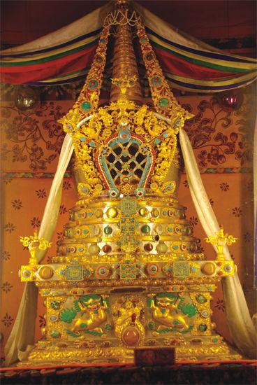 作为格鲁派六大寺院之首的甘丹寺,寺内除了保存着历代甘丹赤巴的遗体灵塔九十余座之外,还藏有许多明代以来的文物和精美工艺品。