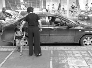 ■家长不认,市场冷清,是目前儿童安全座椅的尴尬现状。 本报记者 李志华 摄