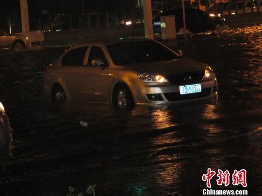 5日凌晨1时许,石家庄槐安路高架桥上车辆仍堵成几公里长龙,红色的车灯闪成一片。