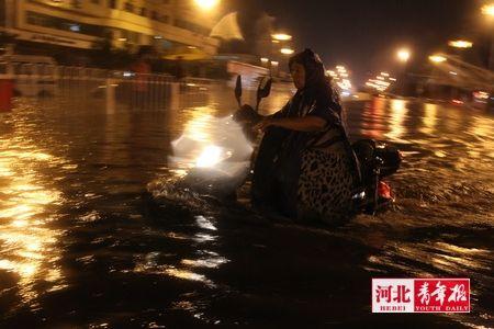 ■裕华路南长街口积水没过车轮