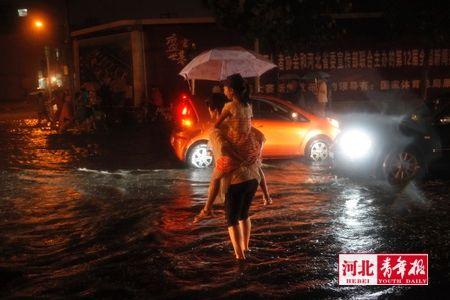 ■暴雨突袭,拦住了回家的人