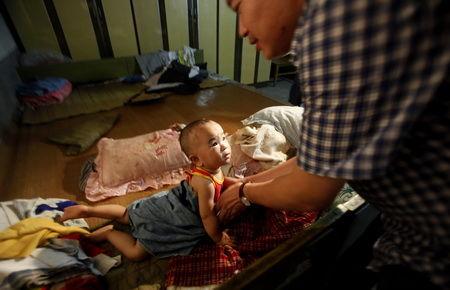 ■邢台市平乡县后马康村,被解救婴儿小宝在睡梦中被惊醒,望着专案组成员