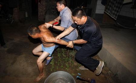■被拐婴儿的买主见到民警拔腿就跑,被民警控制