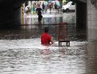突降暴雨城区积水成河