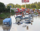 京港澳高速汽车被泡水中