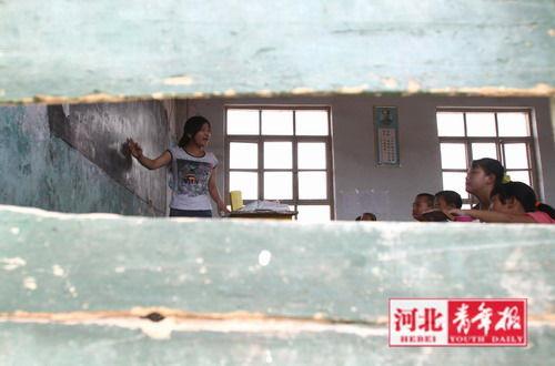 ■学校的新教学楼暑假之后才能启用。小老师吴玉秒在旧教室讲课,大家热情不减
