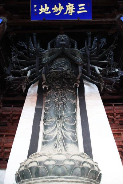 各臂分持日月,净瓶,宝塔,金刚,宝剑等,可惜两侧40双铜手臂均被毁,已改