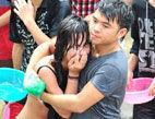 女性嬉水节被性骚扰