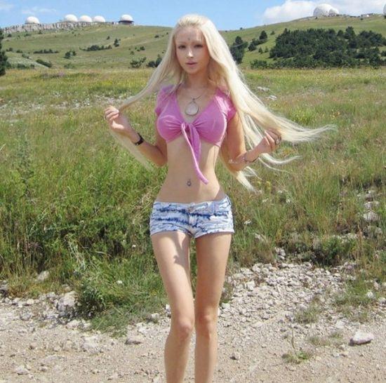 乌克兰金发美女酷似芭比娃娃而