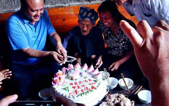 中国第一寿星罗美珍过127岁生日(组图)