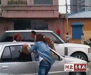 ■事发时,情绪激动的女车主拿砖砸向夏利车玻璃