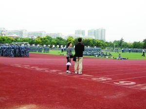 张先生夫妇在陪儿子军训