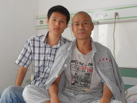 许立田住院化疗,许涛(左)开始担起这个家庭的担子