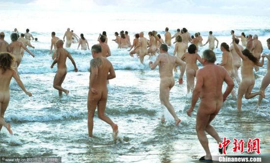 美国海滩200人集体裸泳欲破世界纪录