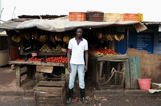 Karl Moi Okoth,27岁的蔬果贩子,他拥有心理学学位,辅修化学。