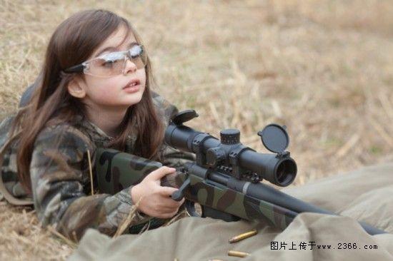 国外小萝莉持枪萌照