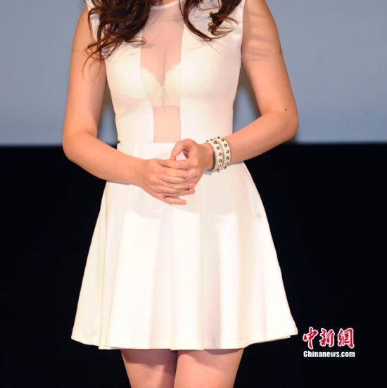 柳岩穿透明白纱裙露白色胸罩