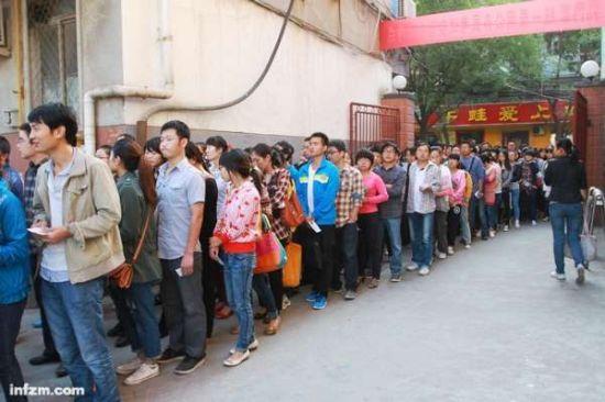 年轻人前所未有地迷恋上了体制内的生活。2012年9月15日,河南三门峡,一处公务员考试考场外的长龙。 (孙猛/CFP/图)