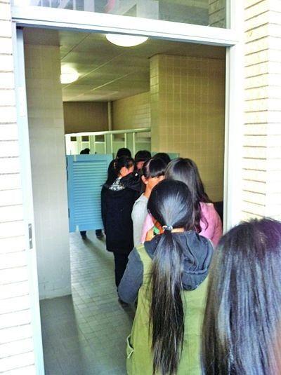 """网友""""icemoon""""拍摄的南大女生如厕排长队现场。"""