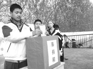■汇龙中学师生募捐。杨东 摄