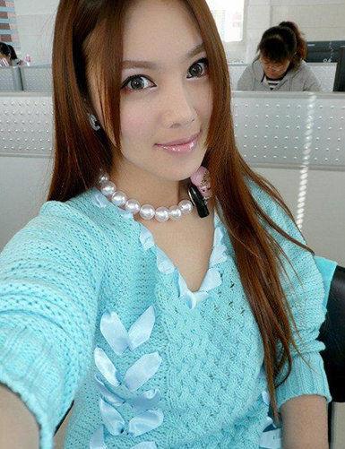 曼妙的身材、精致的脸蛋、甜美的笑容加上时尚性感的装扮,几乎一夜之间,这位天生丽质的美女就在网络上蹿红,而让网友更为惊讶的是她的身份――小学语文教师朱松花。