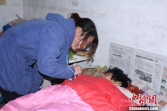 刘交交(左)逗妈妈开心,米凌子 摄