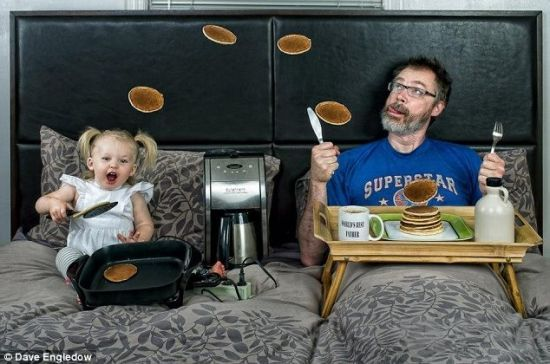 Alice在床上给他爸爸做早餐!