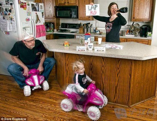 父女正在厨房岛上进行着飞车竞赛。