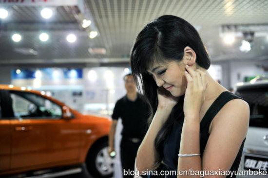 """黄佳琳""""笑僵了"""",她边走下展台边按摩双颊"""