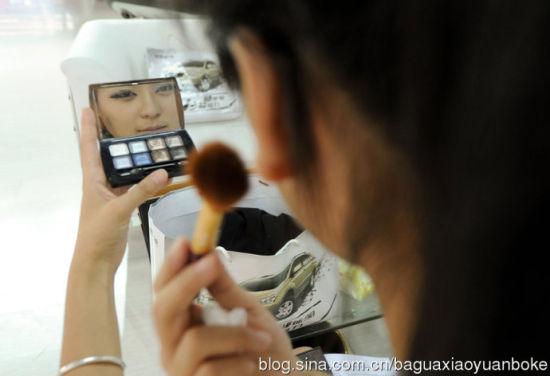 黄佳琳在工作前化妆