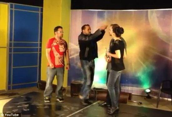 美魔术师电视表演中遭纵火袭击头部被灼伤