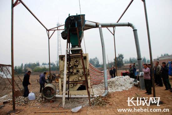 """冀州市农民樊根余发明的""""棉桃剥皮机""""正在运行中。李杰安 摄"""