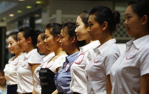 空姐--是很多女大学毕业生梦想中的工作,体面、风光,总是闪耀着传奇般的光环,如果能在飞机上遇到钻石王老五的真命天子那就更好了。因此,最近几年女大学生一窝蜂似的追着抢着去应聘空姐。