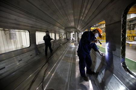 探秘高铁动车组制造过程:一节车厢十万个线头